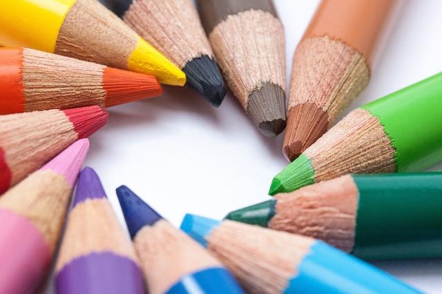 カラフルなパステルカラーの色鉛筆