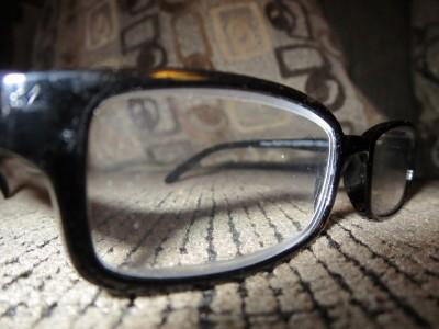 眼鏡で視力を矯正するイメージ画像